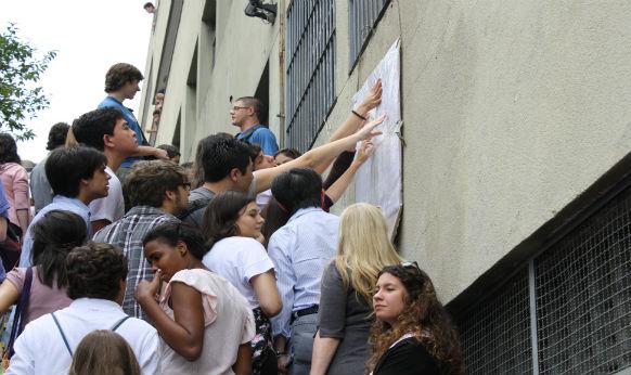 Candidatos conferem em que sala farão a prova da primeira fase do vestibular da Unicamp