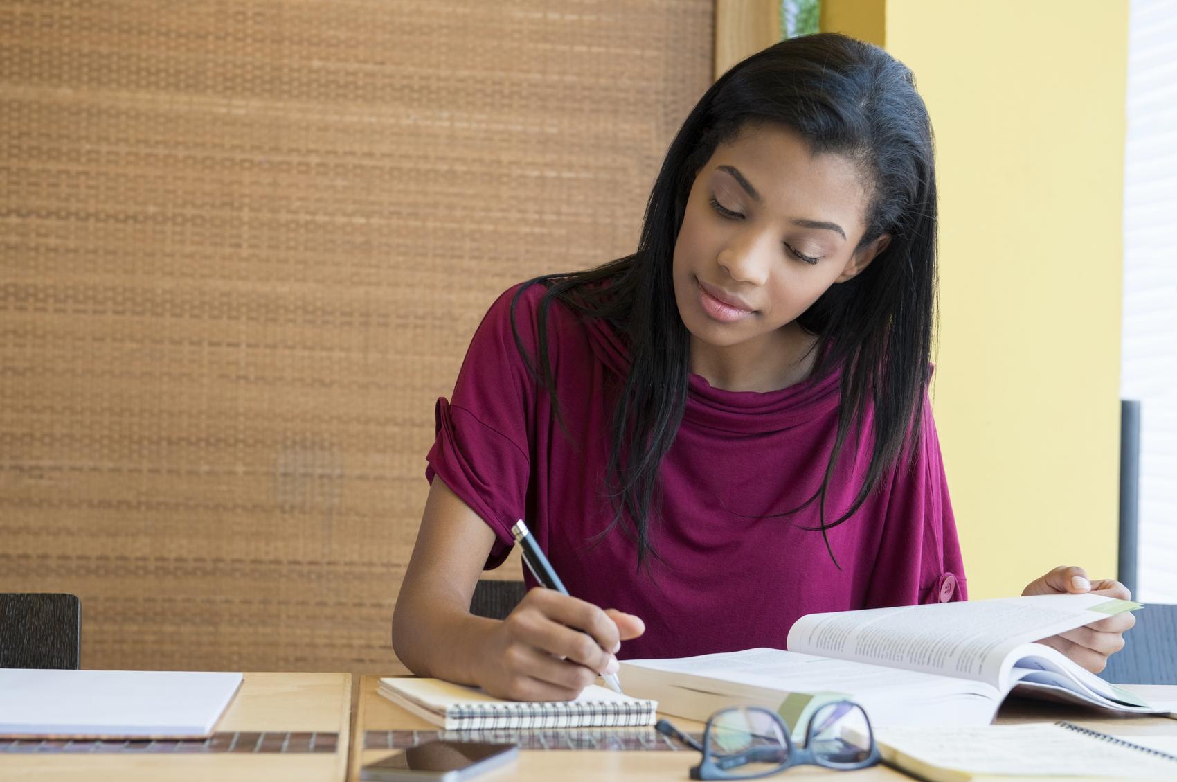 Estudante lendo e escrevendo