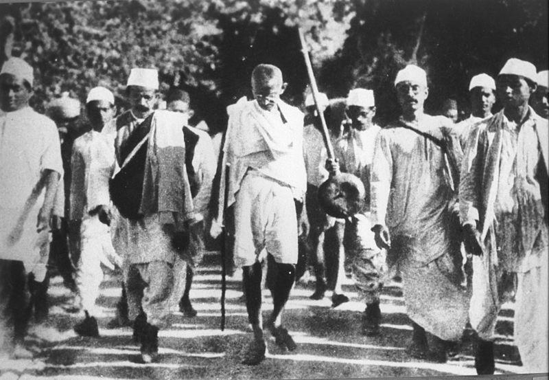Gandhi e seus seguidores durante a Marcha do Sal (foto: Wikimedia Commons)