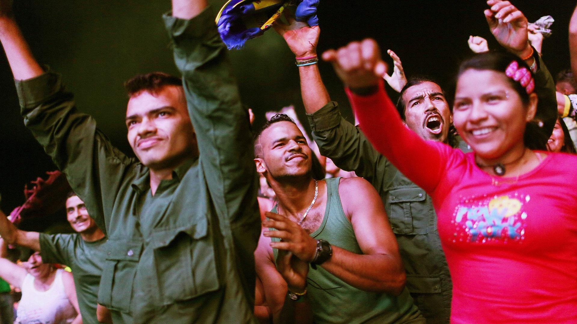 Membros das Farc comemoram decisão de acordo de paz com o governo (Getty Images)