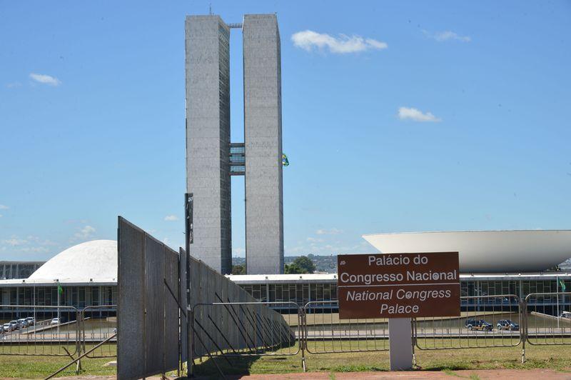 Barreiras instaladas na frente do Congresso Nacional para separar grupos pró e contra o impeachment de Dilma Rousseff, em abril de 2016 (Antônio Cruz /Agência Brasil)