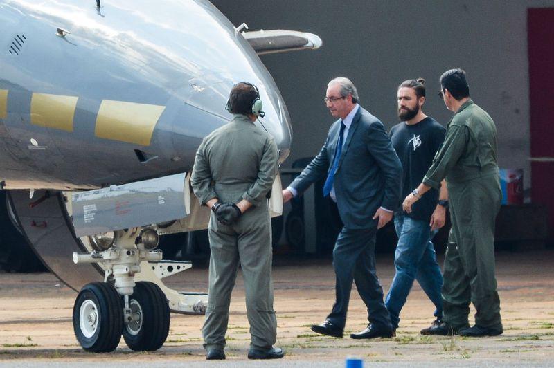 O ex-presidente da Câmara dos Deputados, Eduardo Cunha, embarca para Curitiba após ser preso pela Polícia Federal. (foto: Wilson Dias/Agência Brasil)