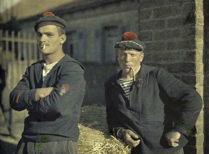 Dois fuzileiros navais, na Bélgica, em 3 de setembro de 1917. (foto: worldwaronecolorphotos.com)