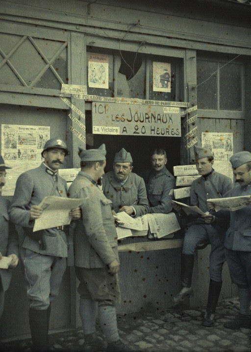Soldados comprando jornais na França, em 6 de setembro de 1917. (foto: worldwaronecolorphotos.com)