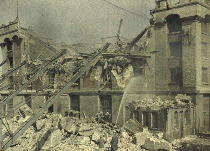 Bombeiros tentando apagar incêndio em uma casa de banhos, após bombardeio no norte da França, em 3 de setembro de 1917. (foto: worldwaronecolorphotos.com)