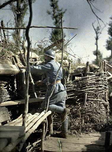 Militar francês na linha de frente das trincheiras.  Em 16 de junho de 1917. (Foto: worldwaronecolorphotos.com)
