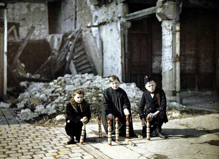 Crianças brincando em meio aos destroços. Sem data. (foto: worldwaronecolorphotos.com)