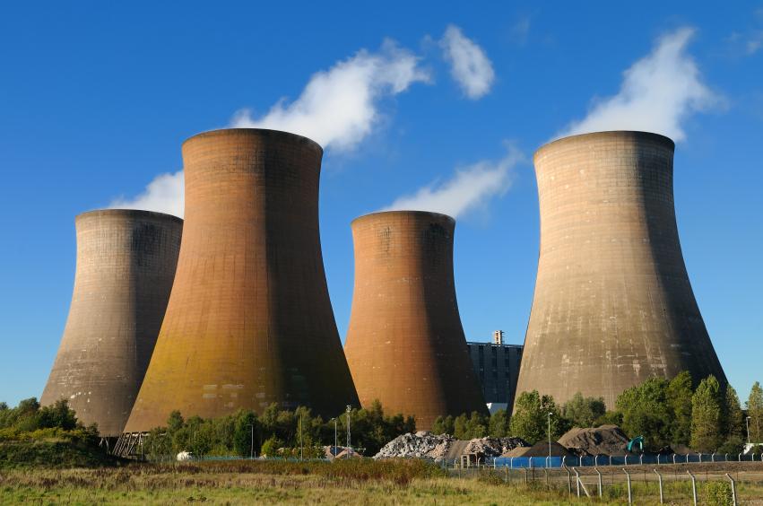 Torres de resfriamento: a energia nuclear responde por 11% da eletricidade produzida mundialmente (foto: iStock)