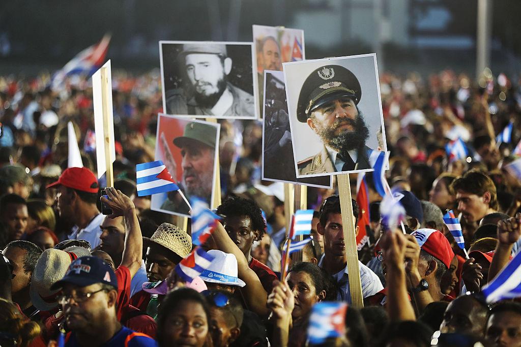 Cubanos prestam homenagem a Fidel Castro, em Santiago de Cuba, em 3 de dezembro (foto: Joe Raedle/Getty Images)