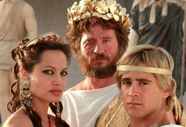 """Angelina Jolie (como Olímpias), Val Kilmer (como Filipe II) e Collin Farrell (no papel de Alexandre), no filme """"Alexandre"""", de 2004."""