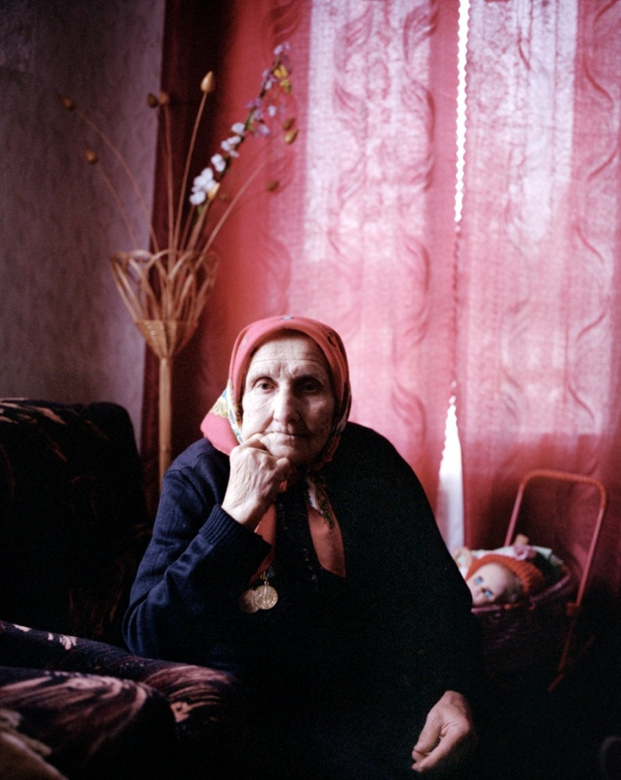 """Galina Fediotovna Tarelko Maladziechna vem de uma aldeia na região de Mogilev. """"Os alemães executavam comunistas, então a gente teve de ir para dentro das florestas. Eu cozinhava para a tropa partidária. Eu era jovem, então a luta [direta] ficou a cargo de outros"""". Imagem: reprodução/Agnieszka Rayss/The Other Hundred"""