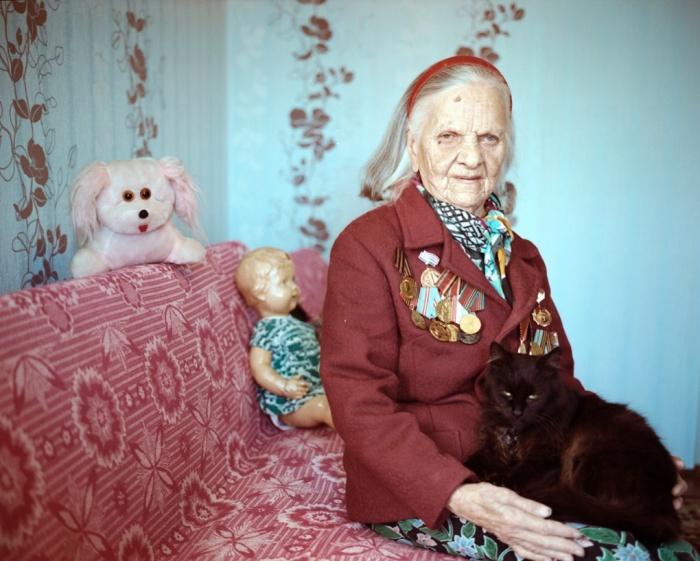 """Lida Pietrovna Bondar Maladziechna era uma enfermeira cujos pais sobreviveram à Primeira Guerra Mundial. """" Se você está constantemente vivendo em uma guerra, você finalmente não sente o medo, porque você se acostuma a isso. De certo modo terrível, isso era normal"""" Imagem: reprodução/Agnieszka Rayss/The Other Hundred"""