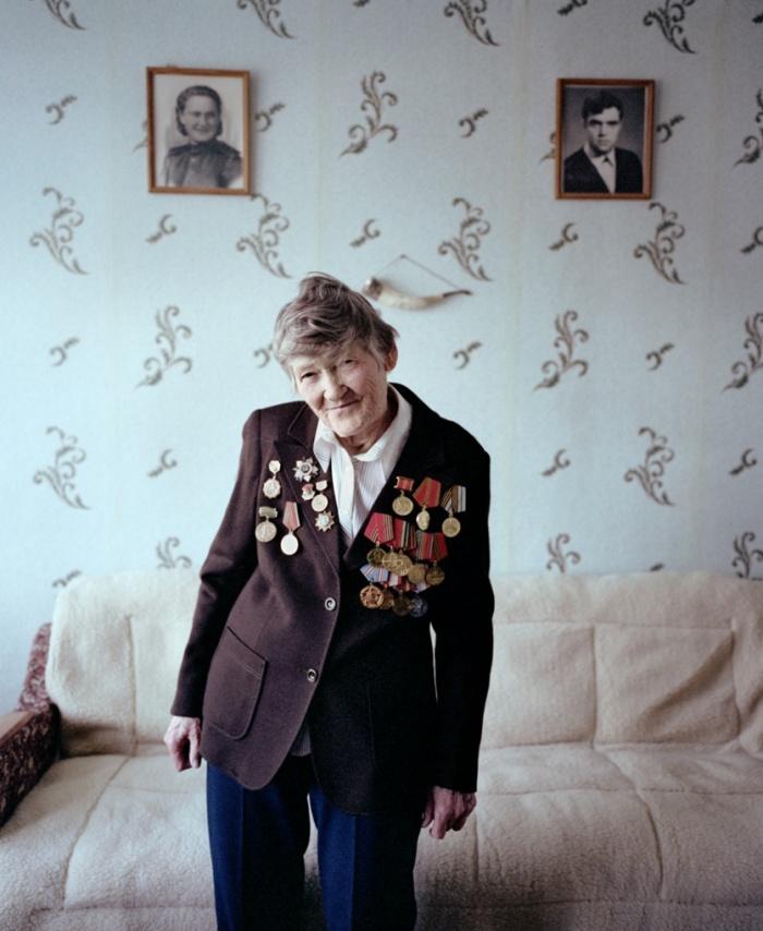 """Galina Ivanova Pagarelava Shchuchyn era enfermeira e atuou nos frontes de Leningrado, do Báltico e de Karelian. '""""Quando nós retirávamos os feridos, nós éramos constantemente bombardeados pelos alemães. Nós tínhamos """"passaportes de mortos"""", etiquetas de metal com nossos nomes e sobrenomes para identificação no caso de sermos mortos. Foi desse modo que passamos os quatro anos de guerra."""" Imagem: reprodução/Agnieszka Rayss/The Other Hundred"""