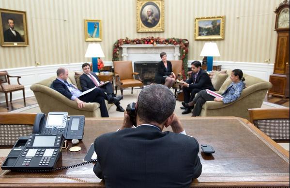 Obama conversa com Raúl Castro pelo telefone antes de fazer pronunciamento ao povo norte-americano (Foto: Divulgação/Twitter da Casa Branca)