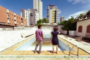"""Gustavo Jahn e Irma Brown no filme """"O Som ao Redor"""", de Kleber Mendonça Filho."""