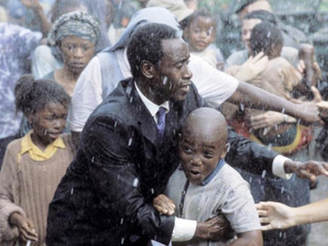 Segundo o próprio Rusesabagina, muitas das cenas do filme são menos violentas do que houve na realidade (Foto: Reprodução/Hotel )