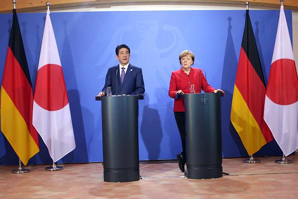 O primeiro-ministro japonês Shinzo Abe e a chanceler alemã Angela Merkel falam à imprensa em encontro na Alemanha: os dois países pleiteiam uma vaga no Conselho de Segurança da ONU (foto: Mika Schmidt-Pool/Getty Images)