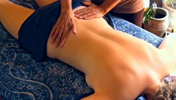Massagens são uma das terapias naturais utilizadas por naturólogos (Créditos: Morgue File)