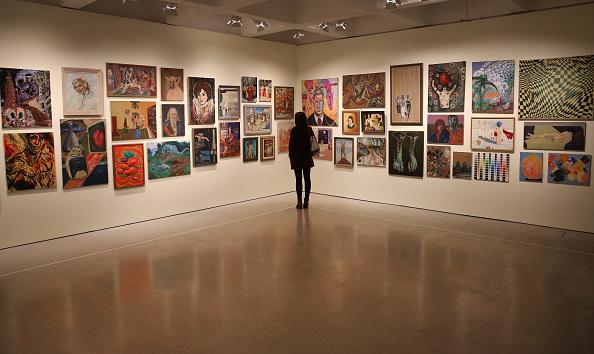 Além de produzirem obras, artistas podem também montar exposições (Imagem: Getty Images)