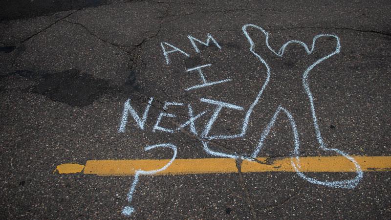 """""""Eu sou o próximo?"""", diz recado deixado na rua durante protesto contra a morte de homem (Getty Images)"""