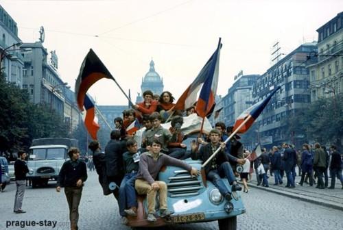 Jovens tomam as ruas da Tchecoslováquia durante a Primavera de Praga (foto: reprodução/tumblr fyeah history)