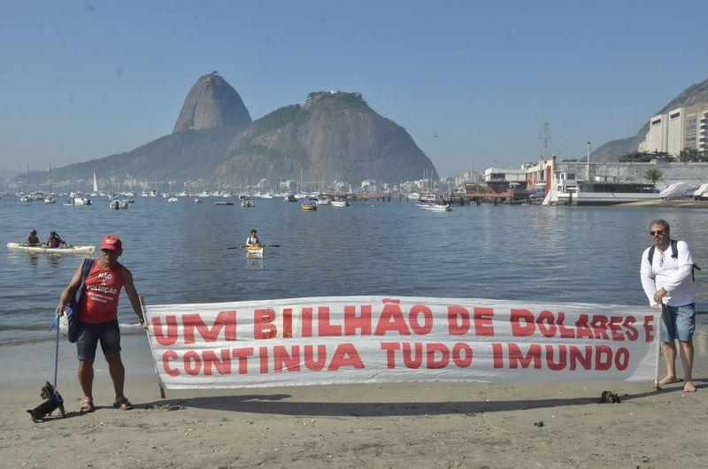 Protesto na praia de Botafogo (RJ) contra poluição da Baía de Guanabara (Fernando Frazão/Agência Brasil)
