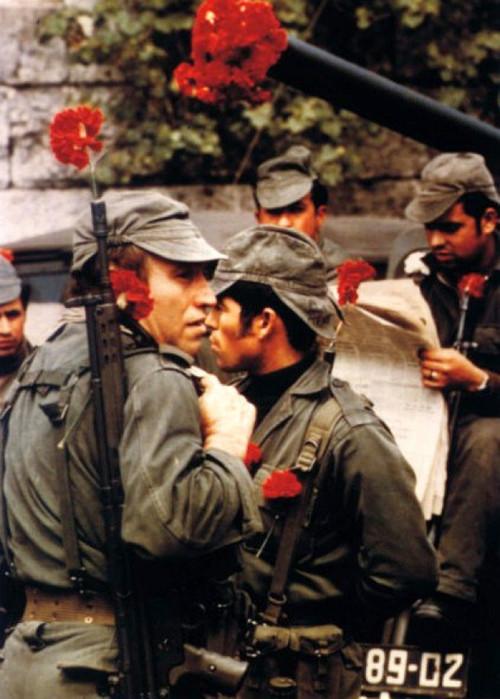 Militares se manifestam durante Revolução dos Cravos (Foto: reprodução/tumblr robscharf)