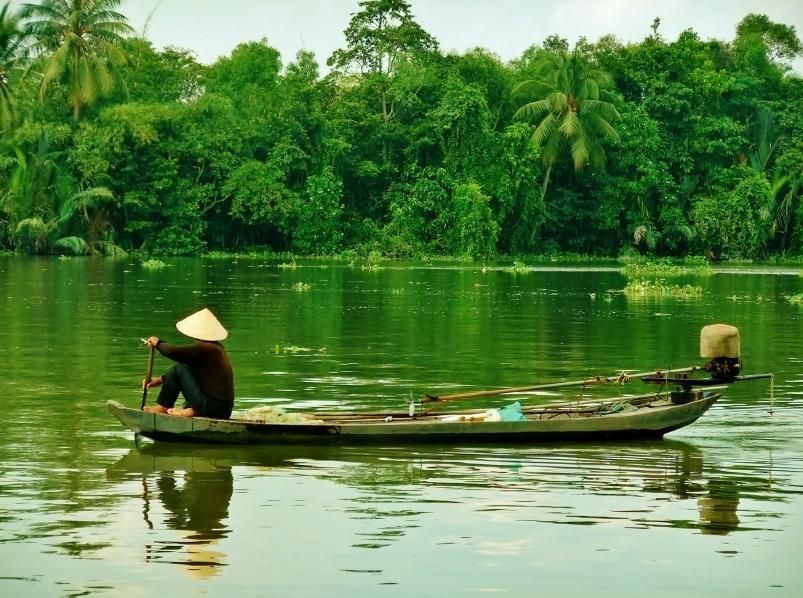 Pescador navega no Rio Mekong, no Vietnã (fonte: iStock)