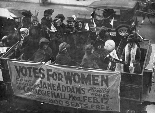 Mulheres de movimento sufragista anunciam palestra sobre o tema em Nova York, em 1913 (Foto: Paul Thompson / Getty Images)