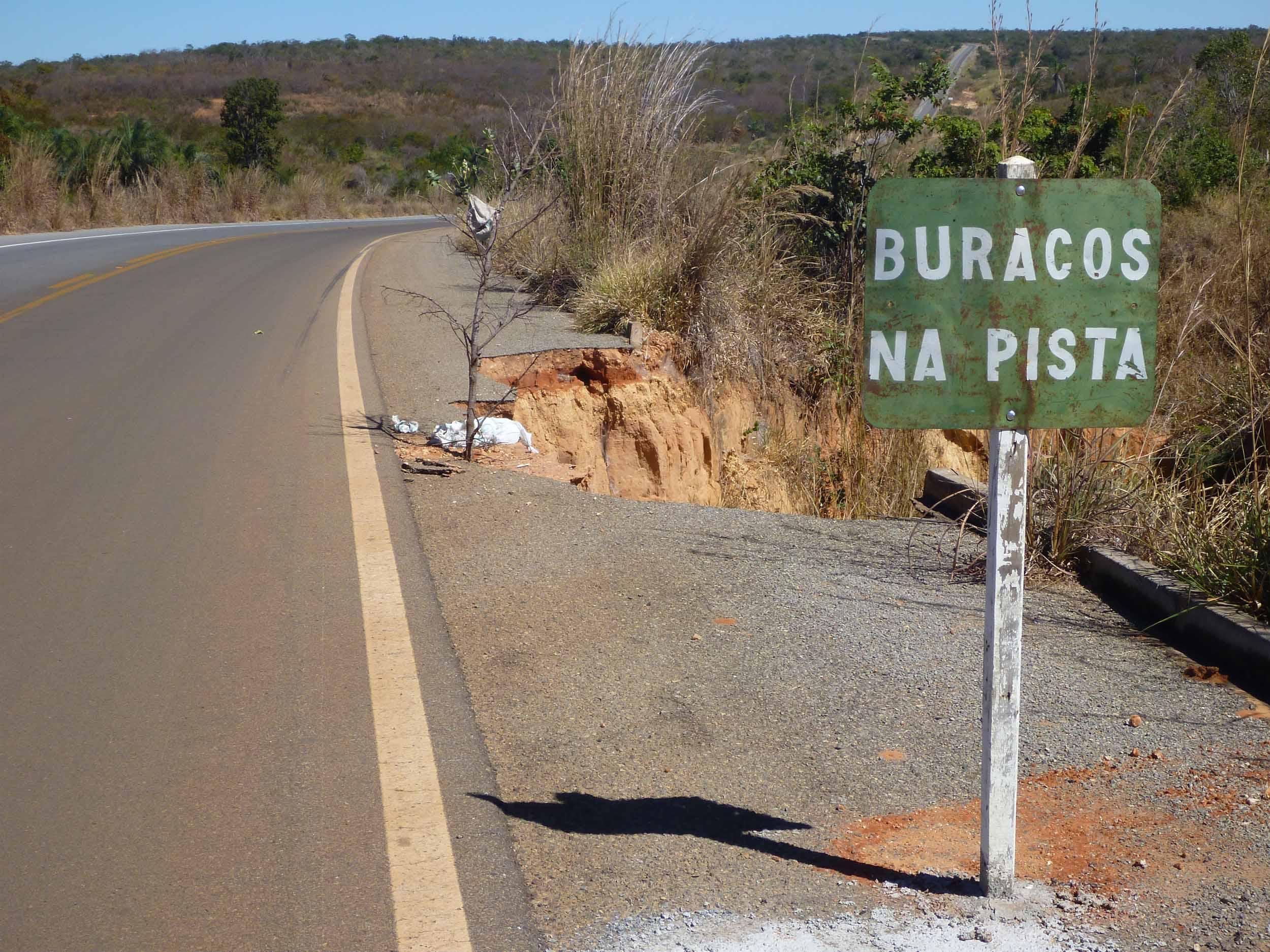 Trecho da rodovia BR-135, na Bahia: maior parte das estradas brasileiras apresentam problemas (Divlugação CNT)