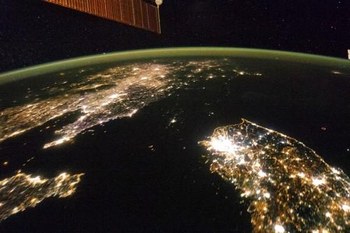 """Imagem feita pela Nasa por satélite. A Coreia do Norte é o espaço """"negro"""" entre a China e a Coreia do Sul (Fonte: reprodução/tumblr Newsweek)"""