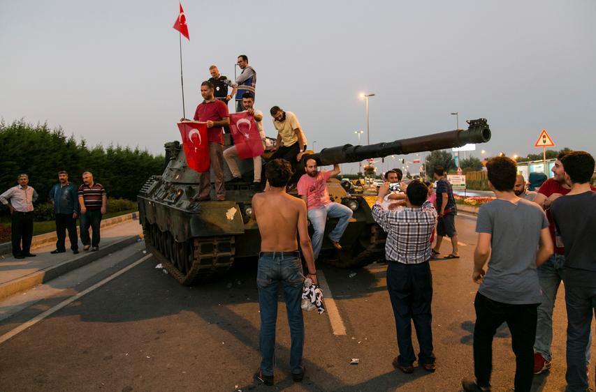 Partidários do presidente Erdogan comemoram o fracasso do golpe militar na Turquia, em 16 de julho (imagem: iStock)