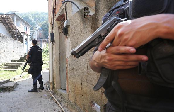 Policiais patrulham o Morro da Babilônia, no Rio de Janeiro (Mario Tama/Getty Images)