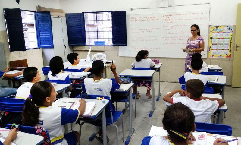 Alunos da Escola Municipal Abílio Gomes, no Recife (PE), usam livros didáticos que podem ser proibidos pela Câmara de Vereadores