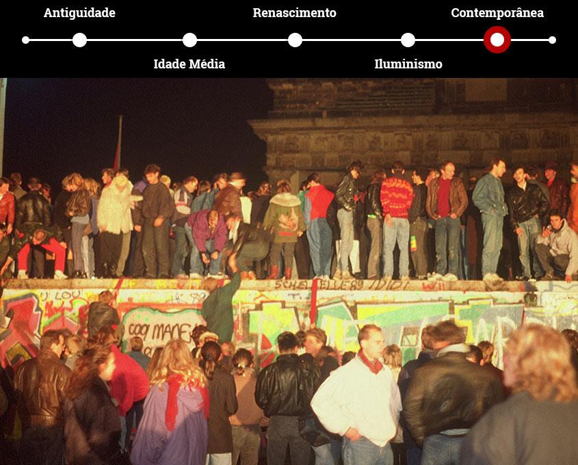 Pessoas festejam a queda do Muro de Berlim, em novembro de 1989