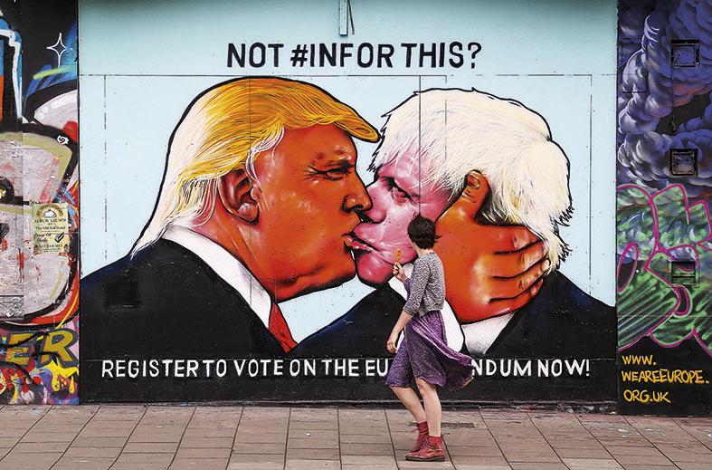 Grafite em Bristol, no Reino Unido, ilustra o presidente dos EUA, Donald Trump (à esq.), e o deputado conservador Boris Johnson, um dos líderes do Brexit