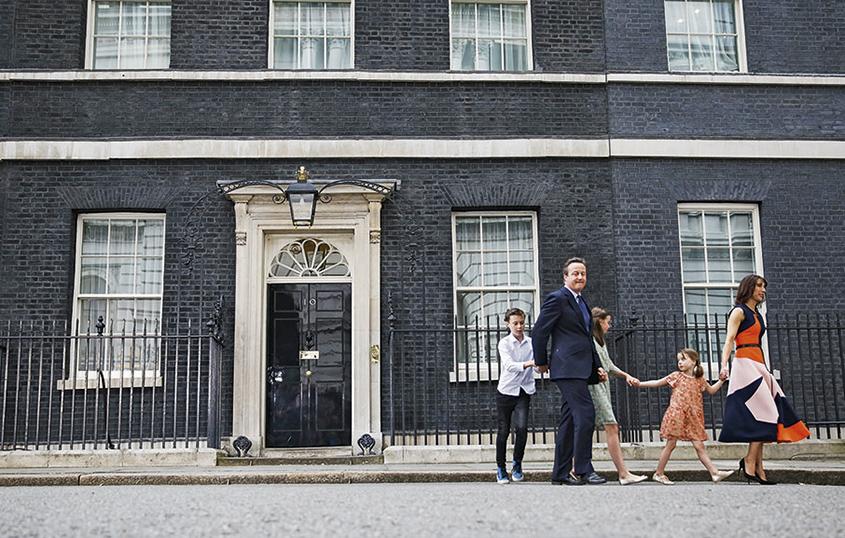 O ex-primeiro-ministro britânico David Cameron e sua família deixam a residência oficial em Londres, após a vitória do Brexit