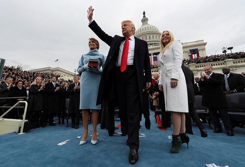 O presidente dos EUA, Donald Trump, acena durante sua cerimônia de posse em Washington, em 20 de janeiro de 2017
