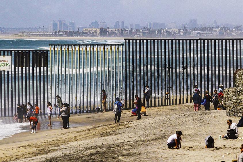Barreira que separa EUA e México, na praia de Tijuana: Trump quer ampliar o muro para impedir a entrada de imigrantes