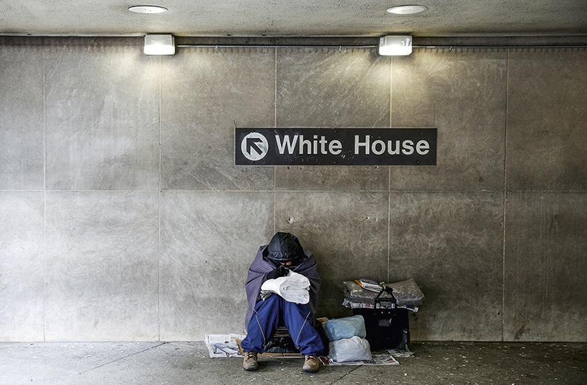 Sem-teto se abriga em estação de metrô próxima à Casa Branca, sede do governo dos EUA