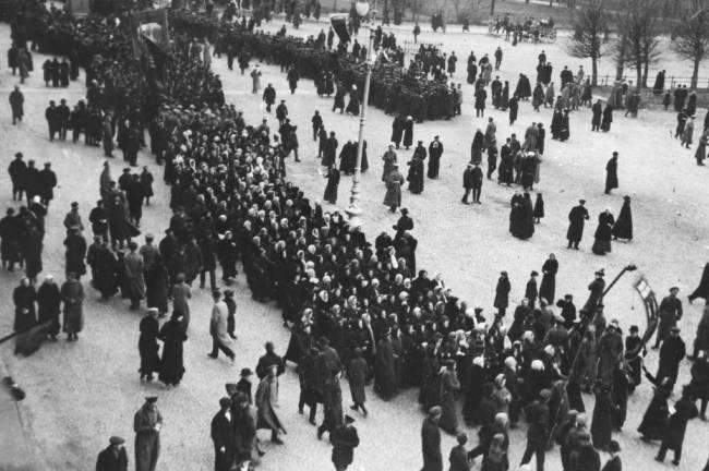 Foto preta e branca de pessoas reunidas em uma praça