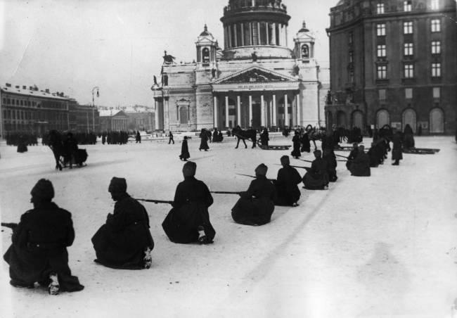 Foto preta e branca de russos armados guardando a praça em frente à Catedral de Santo Isaac