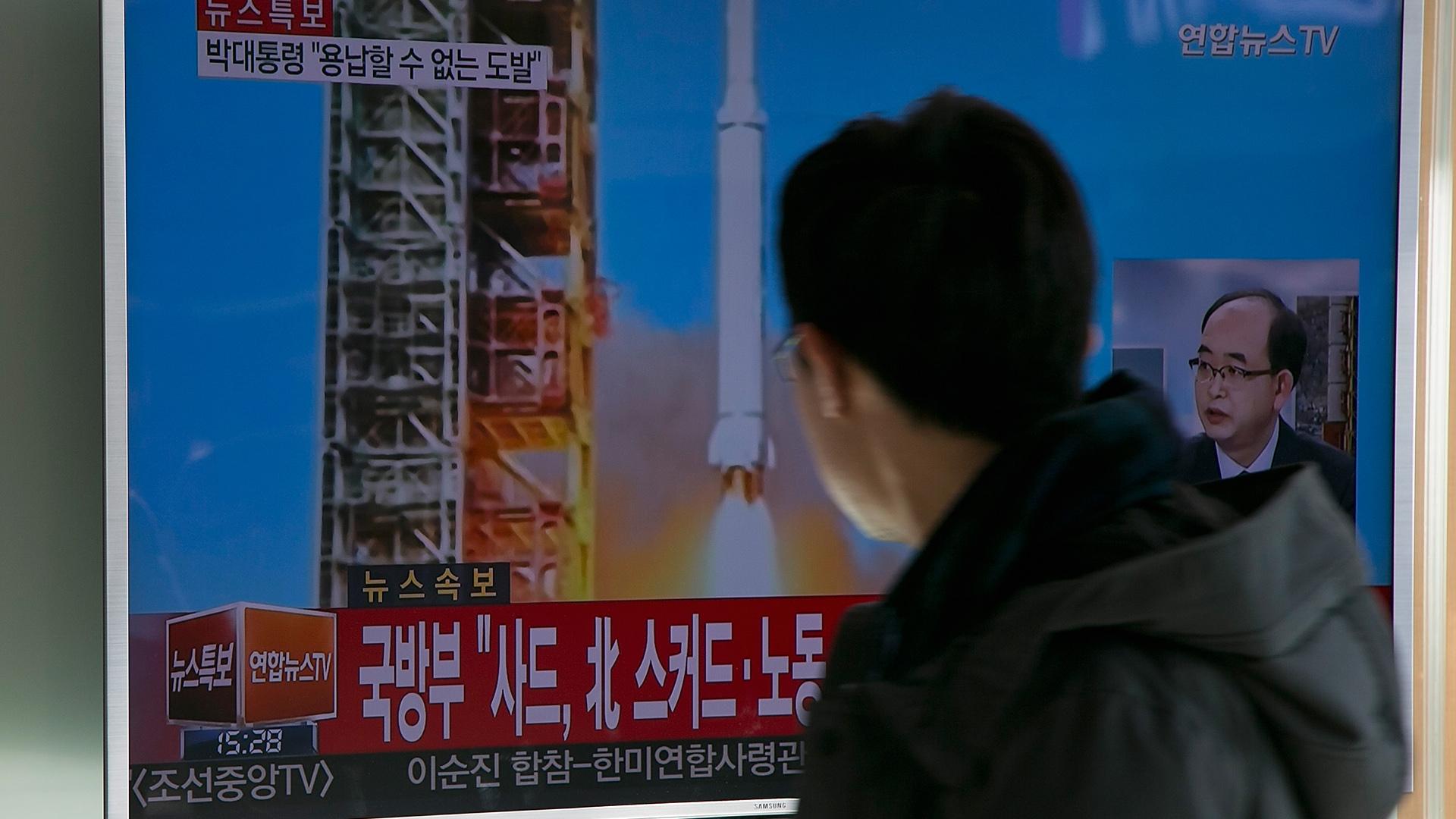 Televisão sul coreana reage a lançamento de foguete da Coreia do Norte, em fevereiro