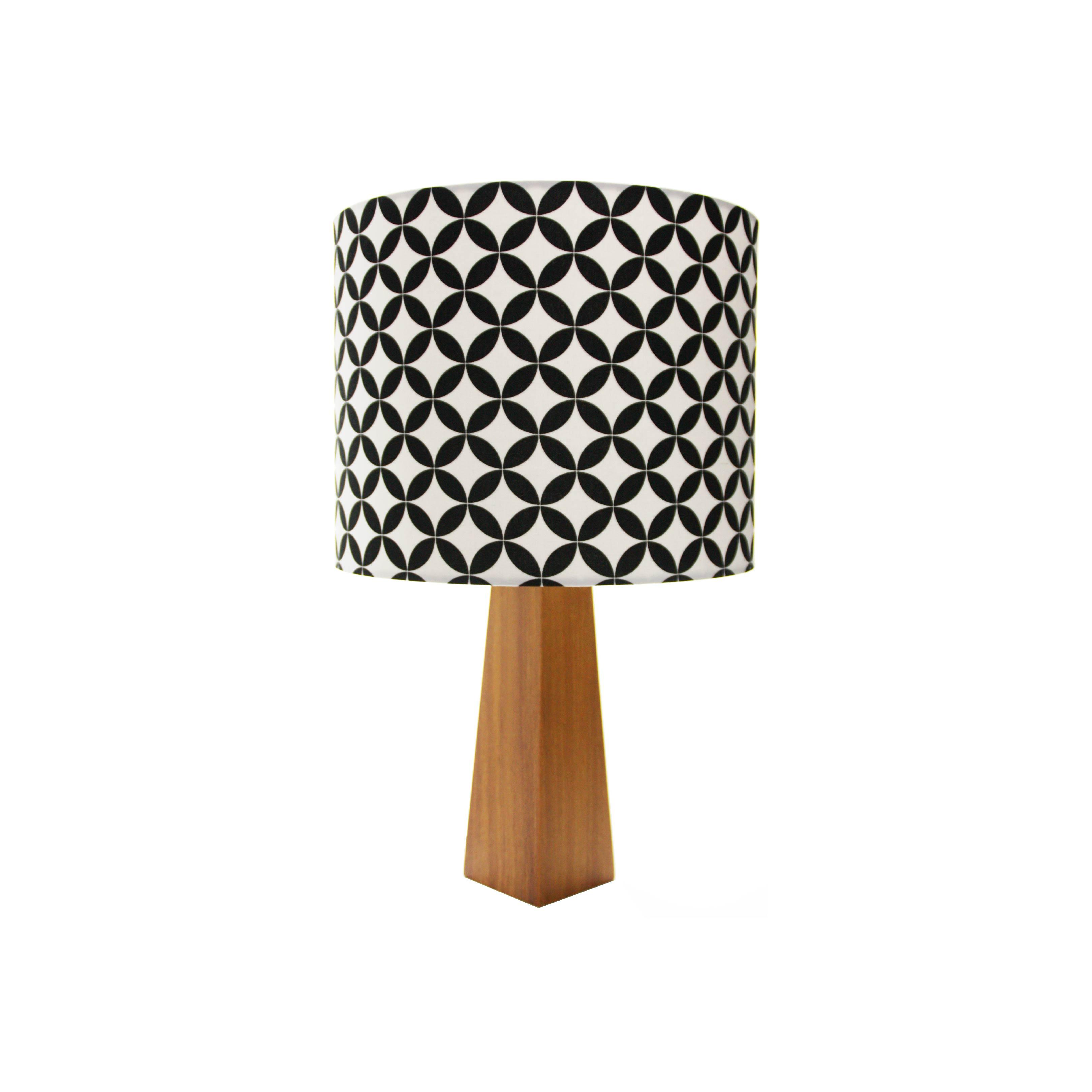 Studio Decor UP com luminárias em madeira e tecido