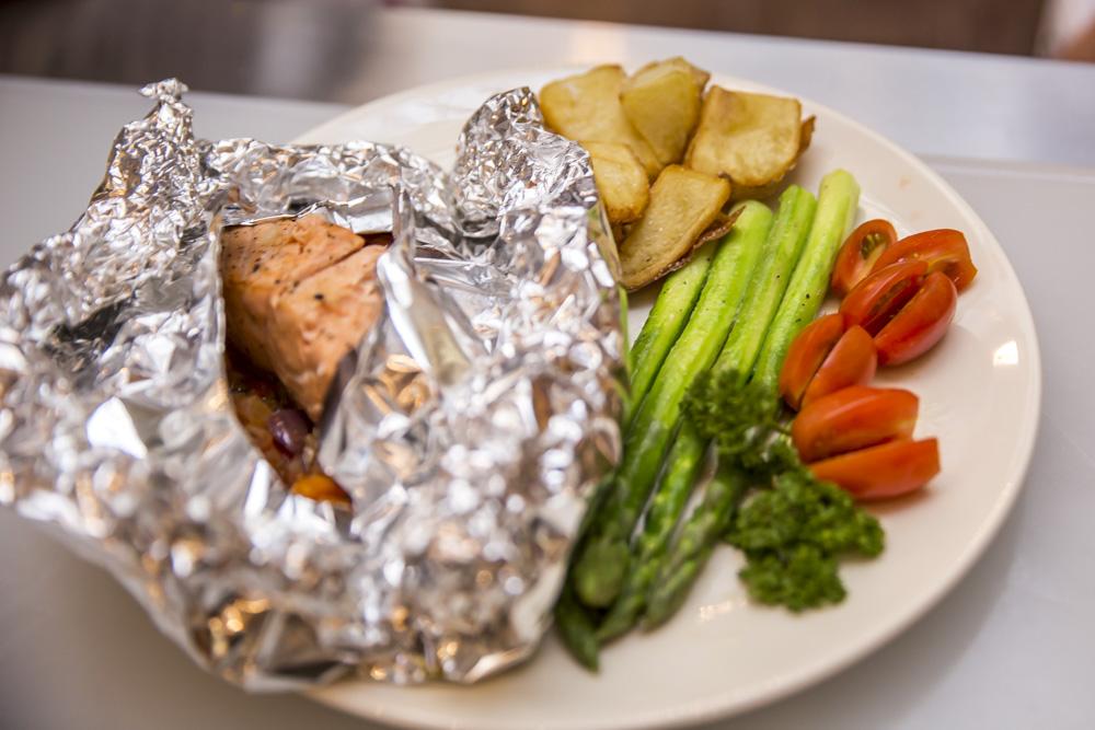Decor Chef (@mucioricardo)-Papillote de salmão com legumes, acompanhado de aspargos salteados na manteiga, com batata rustica_01 (1)