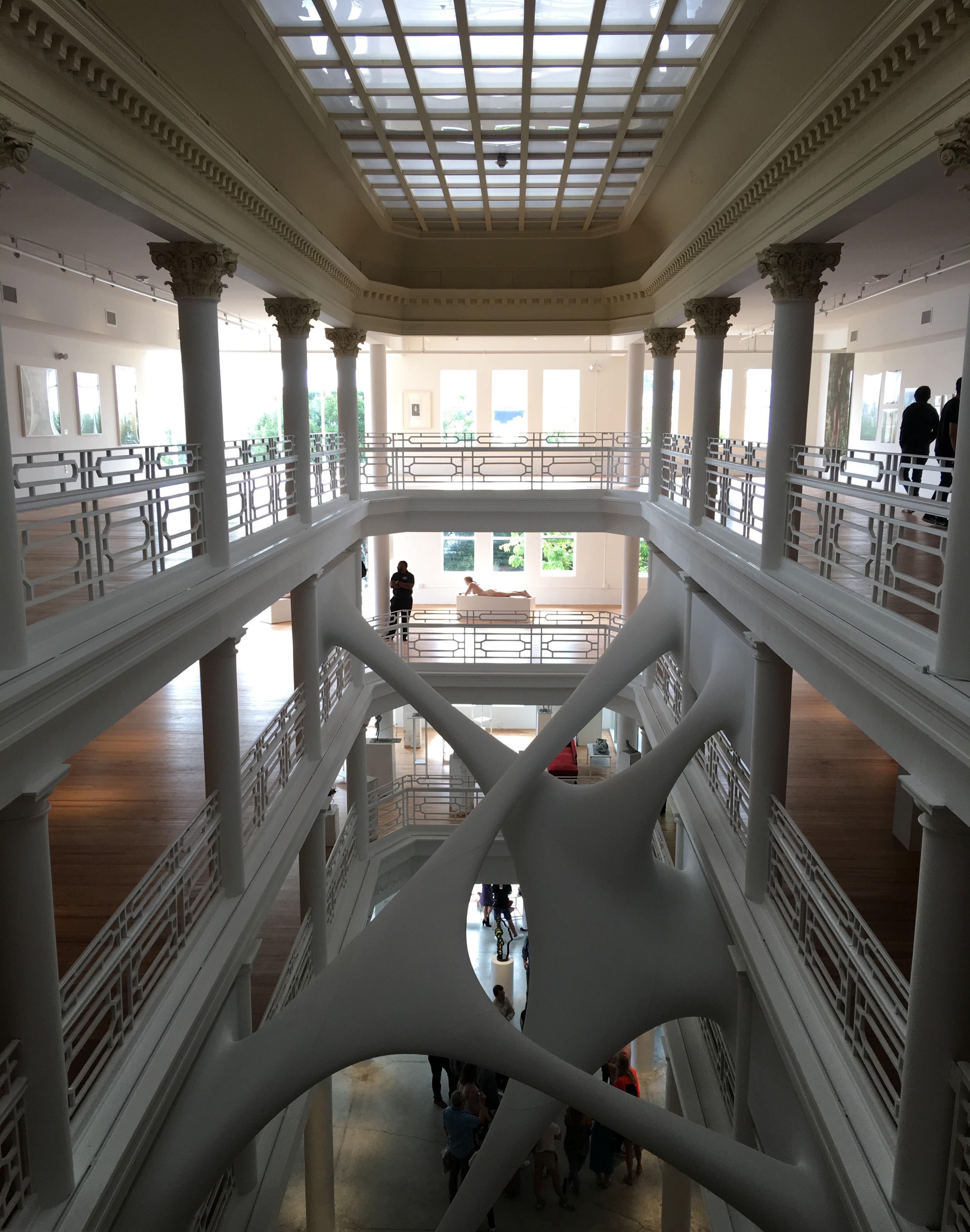 """Moore Building com a instalação Elastika de Zaha Hadid, sedia a exposição """"Desire"""""""