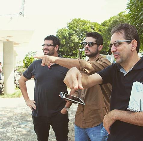 Léo Maia, ao centro, coordena criação do ambiente Cafeteria