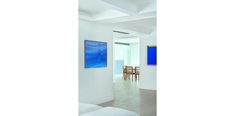 Tela de Abraham Palatnik em residência com projeto da arquiteta Gisele Taranto