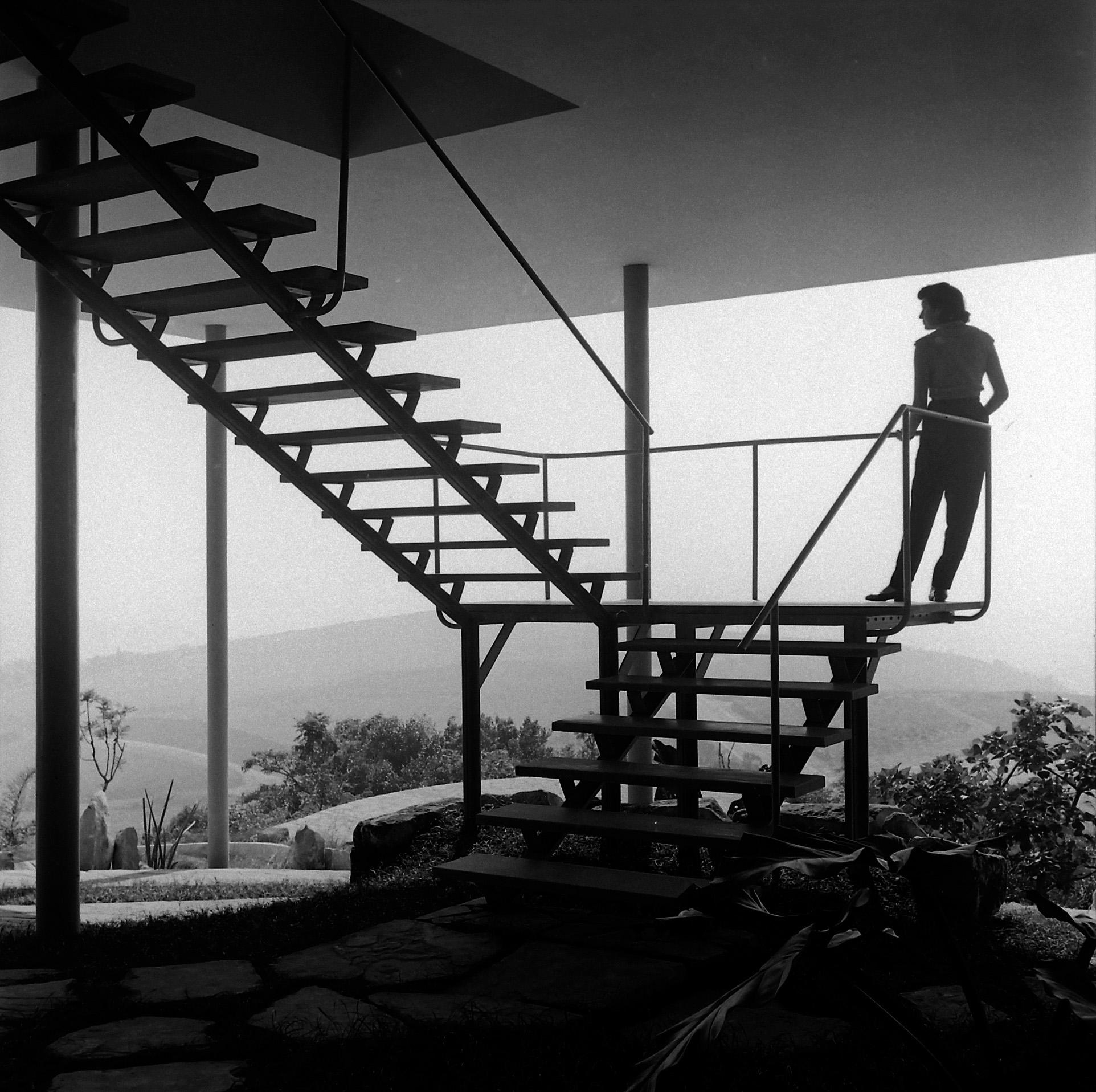 """""""Lina Bo Bardi na Casa de Vidro, projeto de Lina Bo Bardi"""", 1952, fotografia de Chico Albuquerque, que integra a mostra no MIS, São Paulo, 2013."""