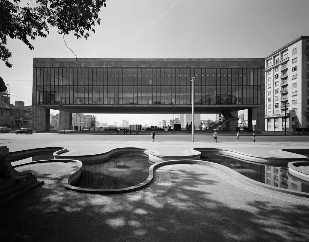 """Masp, projetado por Lina Bo Bardi e fotografado por Hans Gunter Flieg, na mostra """"Arquitetura Brasileira Vista por Grandes Fotógrafos"""", no Instituto Tomie Ohtake, São Paulo, 2013."""